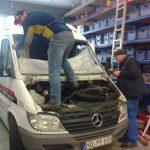 Team der Autowerkstatt bei der Arbeit